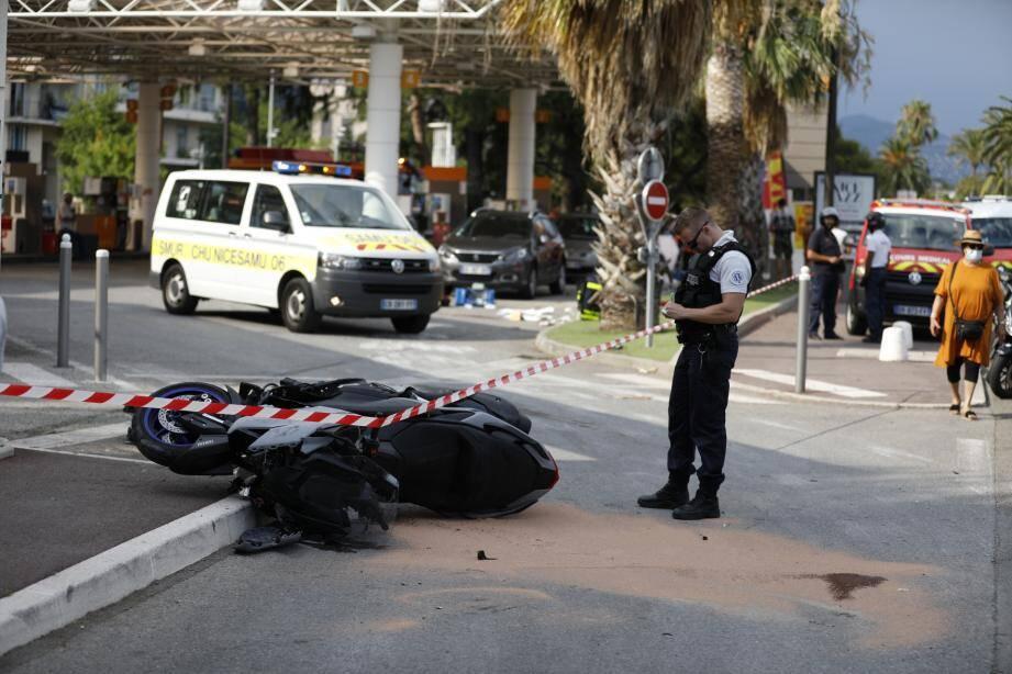 Le conducteur du deux-roues aurait perdu le contrôle de son véhicule, chuté, avant de percuter un client de la station essence.