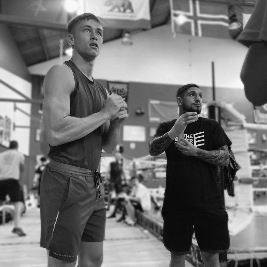 Hugo Micallef (à gauche), dans un camp d'entraînement en Espagne, aux côtés de Samuel Carmona, lequel est en préparation pour son championnat du monde WBA au mois d'août.