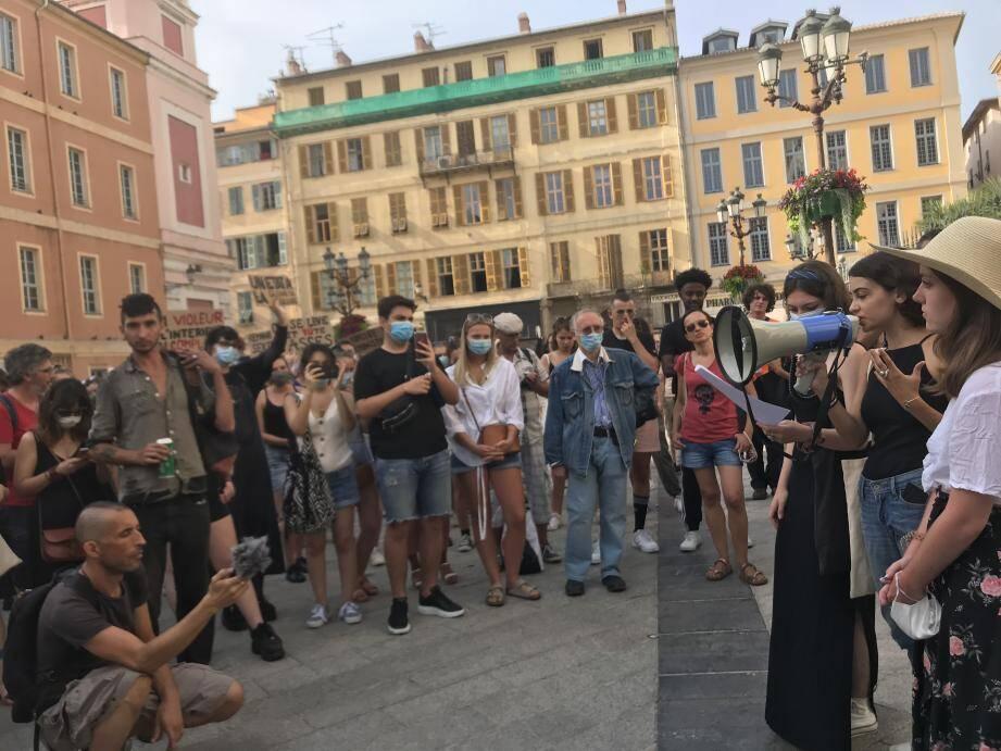 """Pas moins de 200 personnes se sont rassemblées devant le Palais de Justice de Nice contre le """"remaniement de la honte""""."""