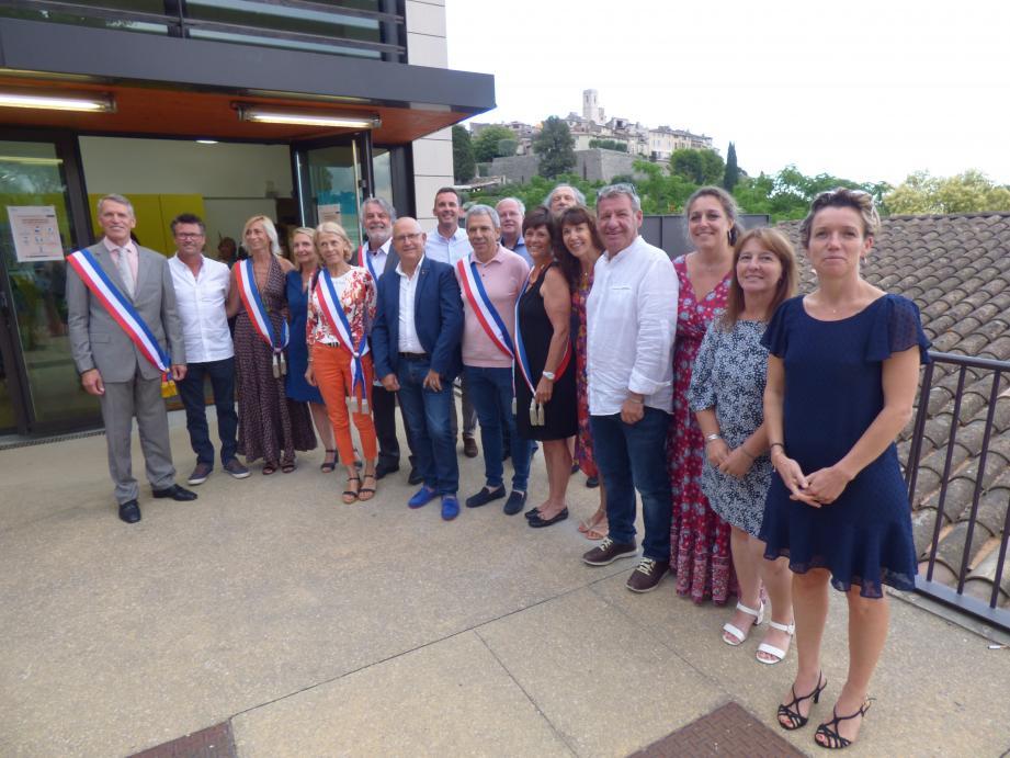 Les élus de la liste Camilla autour du nouveau maire, à l'exception de l'une d'entre eux, Nadine Guigonnet, absente. Le maire et les adjoints ont l'écharpe tricolore.