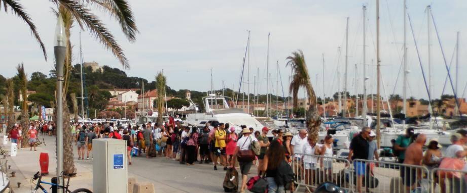 Plus de 10.000 personnes ont rejoint l'île ce lundi.