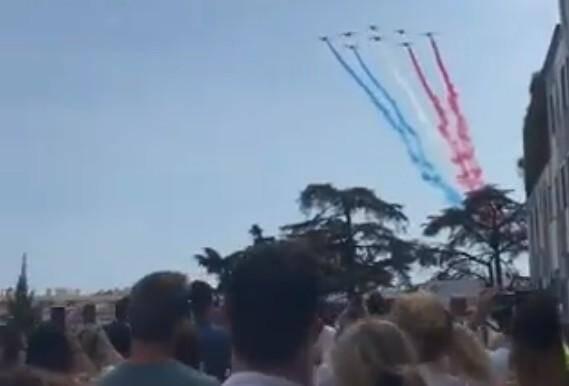 Le personnel hospitaier de Nice a admiré le passage de la Patrouille de France dans le ciel de Nice ce vendredi.