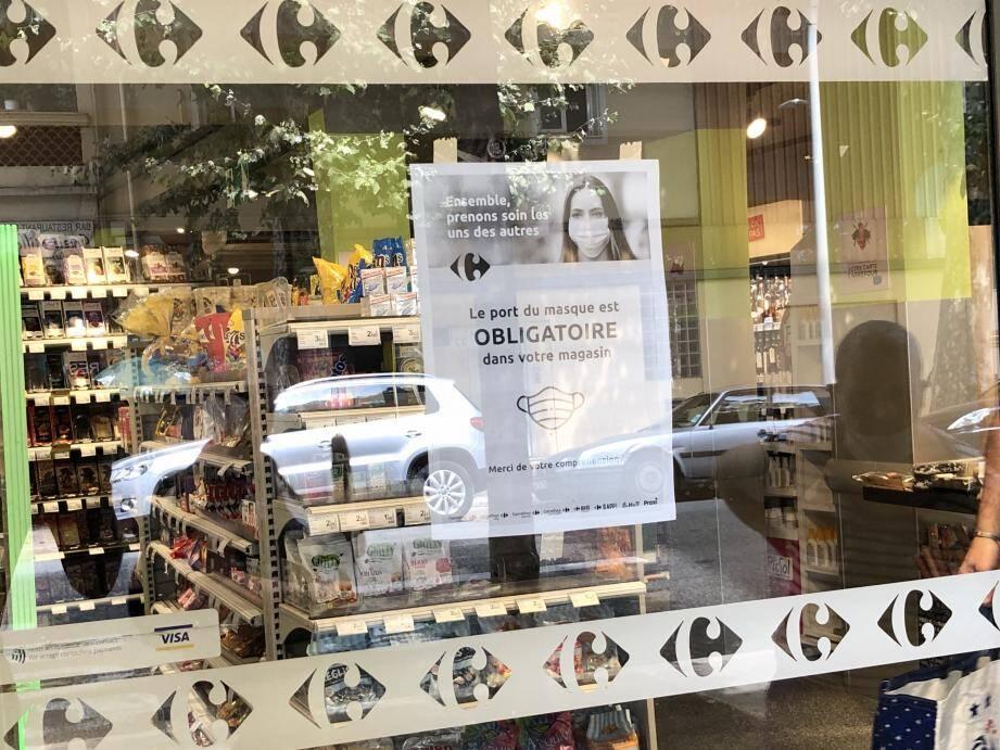 Le client a ignoré les affiches, en anglais comme en français, annonçant le port du masque obligatoire.