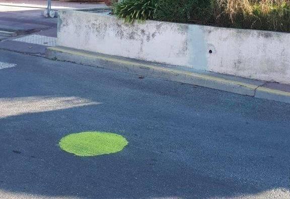 Une vingtaine de ronds verts de la sorte ont été peints sur le bitume de Saint-Raphaël.