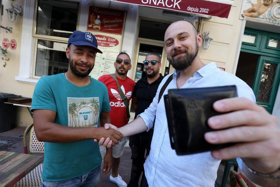 """Avant de se quitter, le touriste roumain a juste demandé un petit selfie à son """"sauveur""""."""