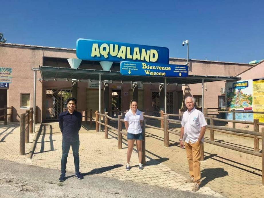 """Michel Moenner, patron régional d'Aqualand, et Danny Forster, représentant d'Asso Faculté, ont organisé une journée détente au parc de Saint-Cyr pour remercier la """"première ligne"""" durant le Covid."""