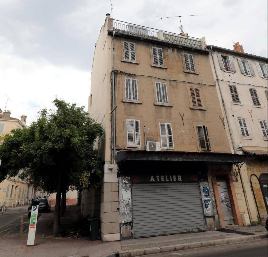 À Toulon, dans le quartier Saint-Jean-du-Var, des arbres ont été plantés, en lieu et place d'un petit immeuble démoli. Mais ce chantier a gravement endommagé le bâti mitoyen.