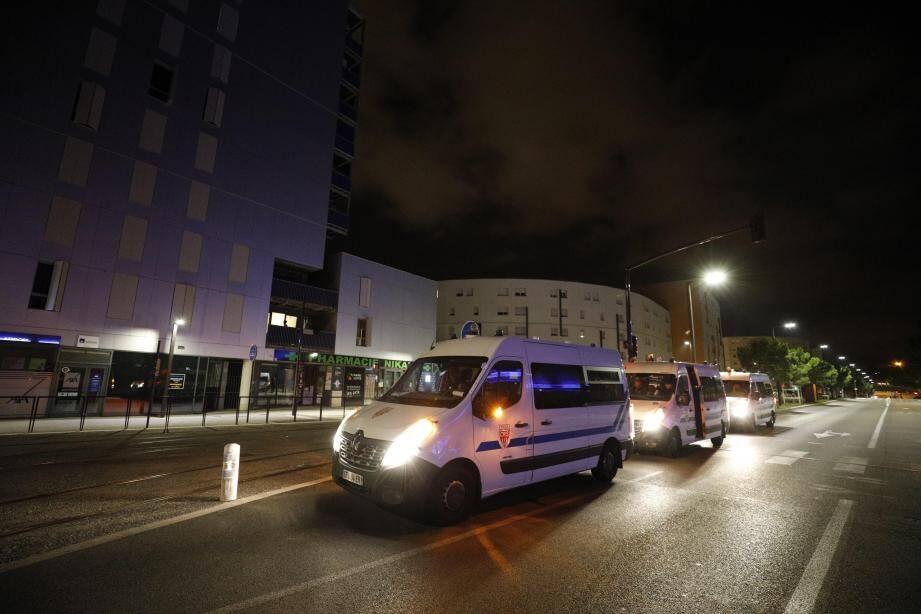 Une opération de police aux Moulins la nuit dernière, en présence du préfet et du maire de Nice.