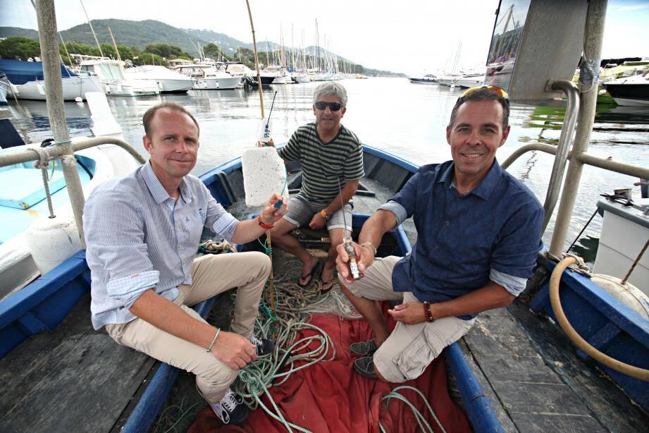 Jeudi à Carqueiranne, Gaëtan Fabritius (CLS) a présenté à Pierre Morera et Robert Biasizzo, du comité départemental des pêches du Var, comment cette balise connectée les aidera à retrouver leurs filets.