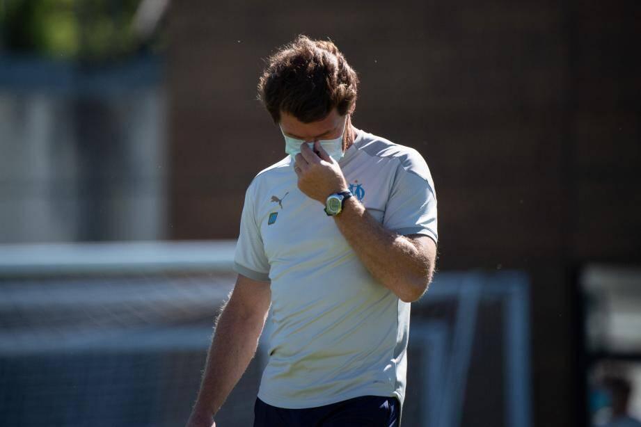André Villas-Boas, l'entraineur de l'Olympique de Marseille porte un masque lors du séance avec ses joueurs.