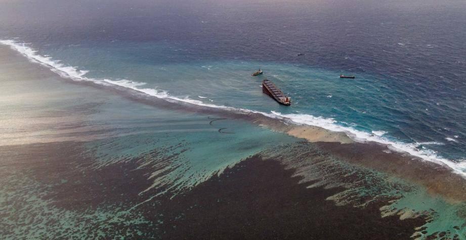 Le bateau échoué dans les eaux cristallines de l'île Maurice avec 4.000 tonnes de pétrole à bord menaçait dimanche 9 août de se briser, faisant craindre une catastrophe écologique encore plus grave dans cet espace maritime protégé.