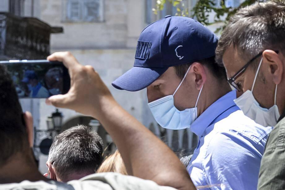 Harry Maguire, la capitaine de Manchester United quitte le tribunal de l'île de Syros en Grèce.