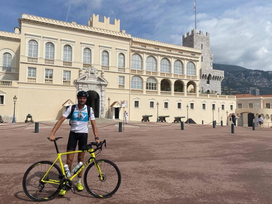Jérémy Diguer devant le Palais princier, lundi 3 août, au départ de son long parcours vers Le Mans.