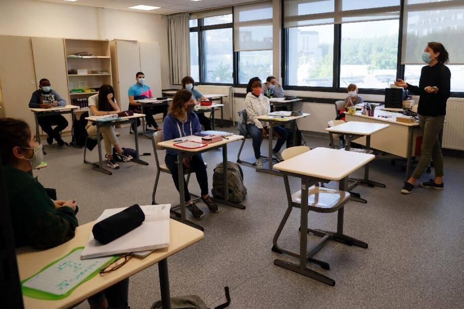 Des élèves et leur professeur portent des masques de protectin dans la salle de classe, le 22 juin 2020 à Boulogne-Billancourt, près de Paris