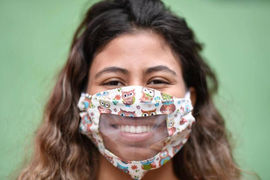 Une femme porte un masque transparent confectionné par des couturières d'une favela de Belo Horizonte, au Brésil, le 15 mai 2020