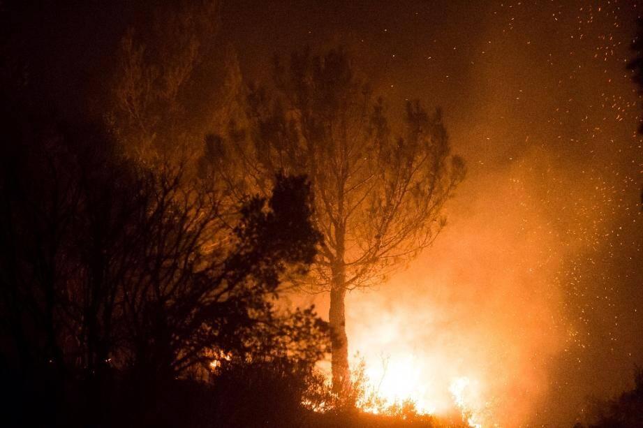 L'incendie qui a provoqué l'évacuation de centaines de personnes samedi soir à Faucon (Vaucluse) était fixé dimanche matin, mais restait actif sur certains secteurs
