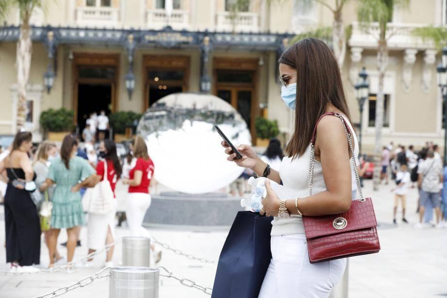 Désormais, pas de promenade ni shopping sans masque sur la place du Casino de Monte-Carlo.