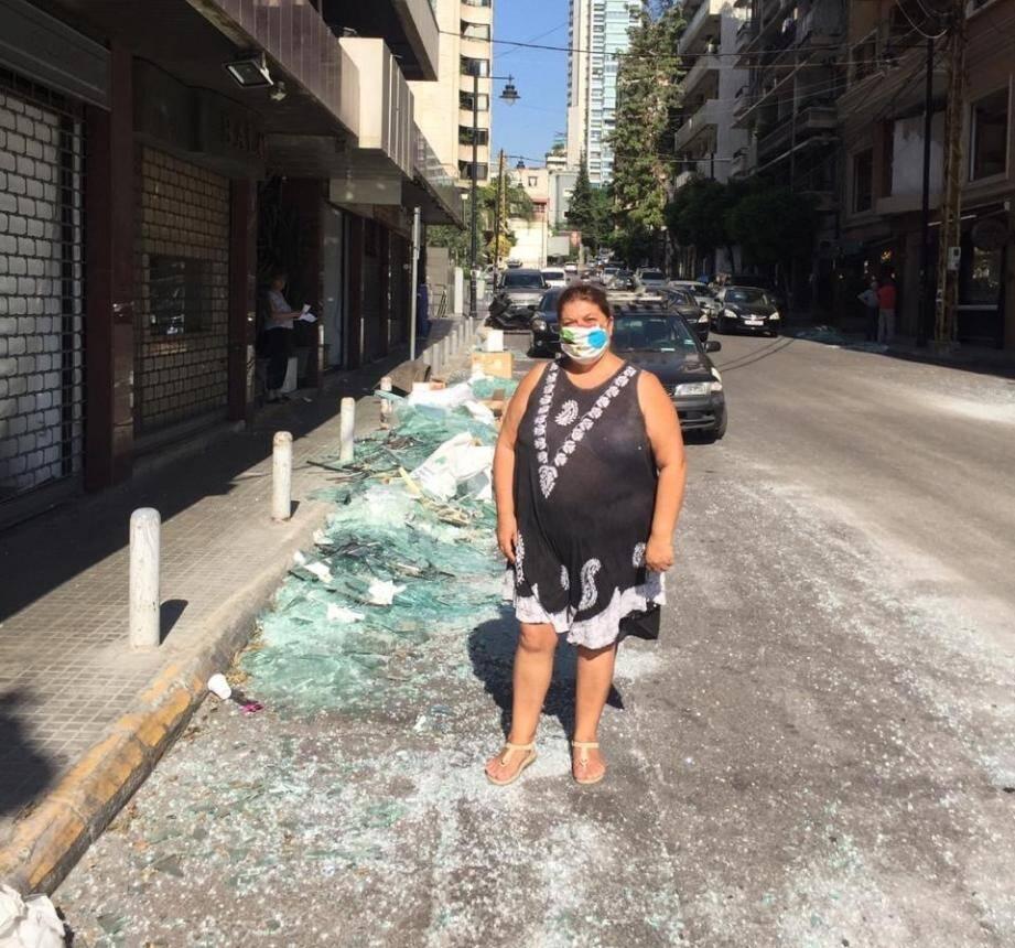 Légende : Josyane Boulos, dans une rue du quartier de Sodeco, où les vitrines ont été soufflées par l'explosion de mardi.