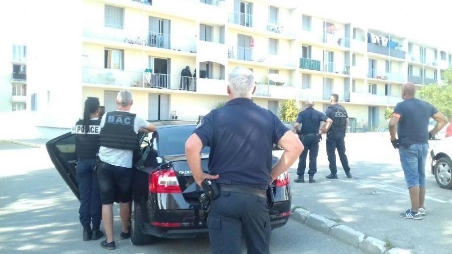 Un homme armé d'un couteau, et tenant des propos incohérent, est retranché dans un appartement du quartier de l'Agachon à Fréjus.