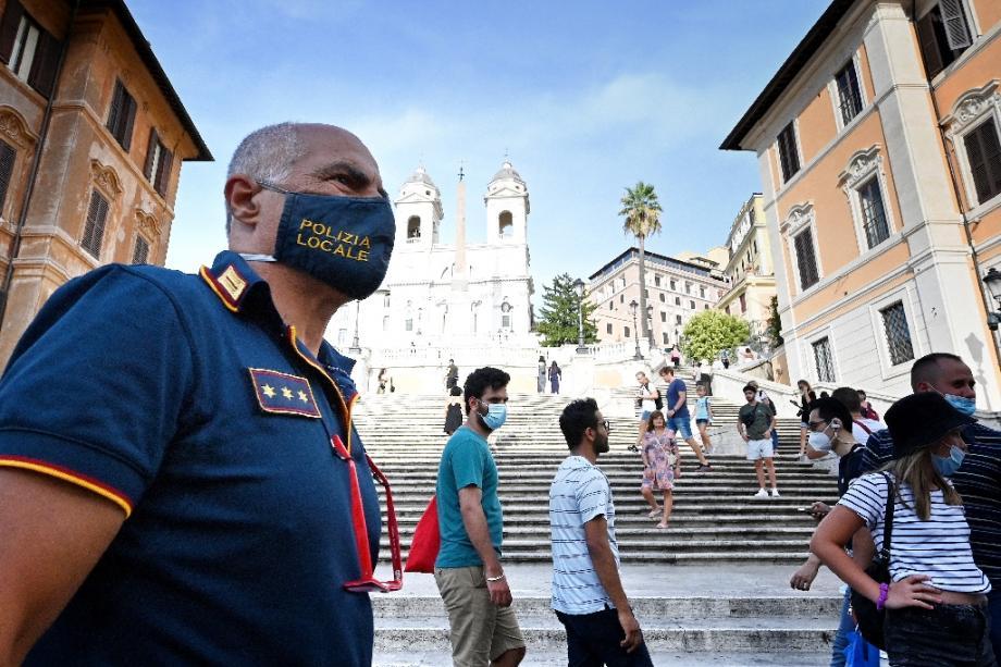 L'Italie (ici, un policier à Rome) durcit ses restrictions.