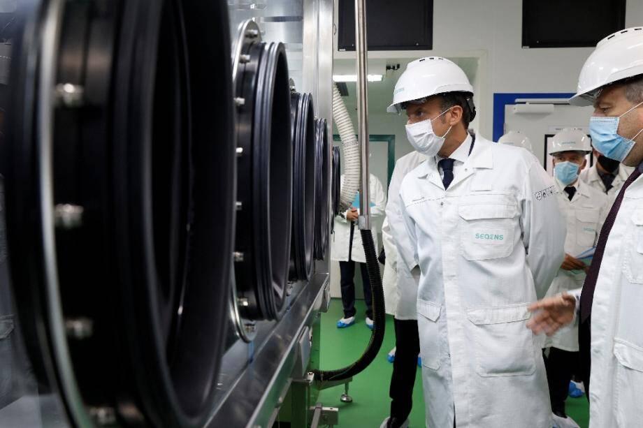 Emmanuel Macron visite une usine pharmaceutique du groupe Seqens le 28 août 2020 à Villeneuve-la-Garenne