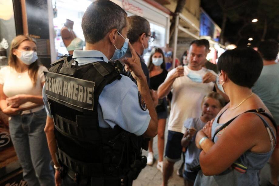 Des gendarmes patrouillent dans les rues d'Argelès-sur-Mer pour contrôler le port du masque, le 13 août 2020