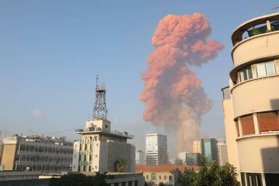De la fumée s'élève au dessus du ciel de Beyrouth après une explosion, le 4 août 2020