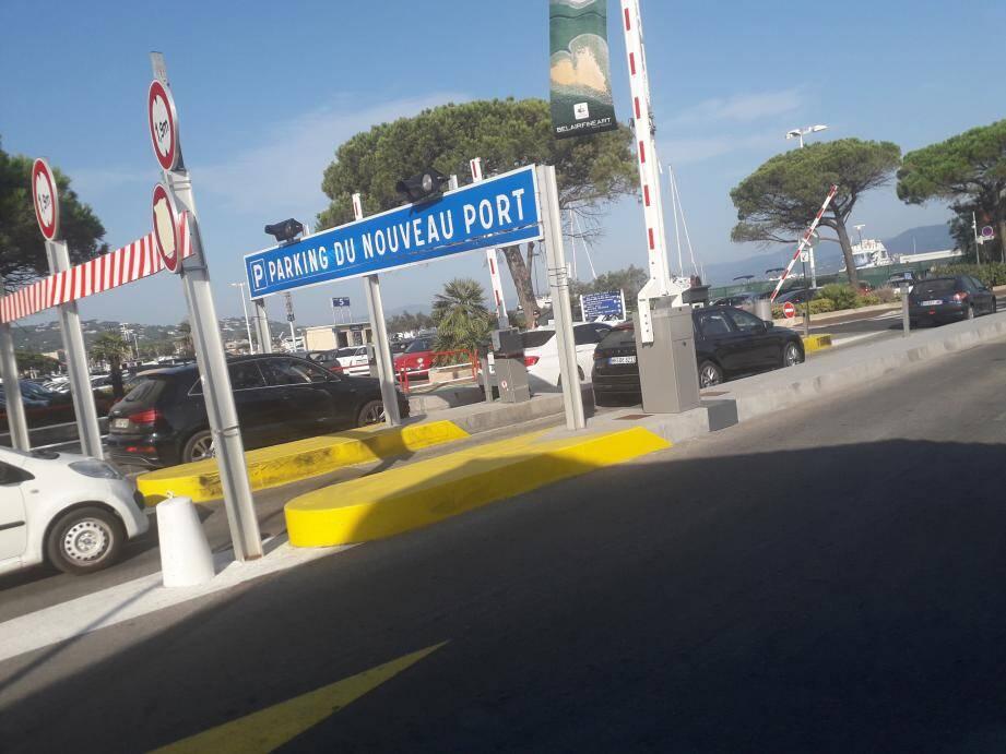 Le parking du port, source de revenus exceptionnelle pour la ville de Saint-Tropez, tourne à plein régime depuis la mi-juillet. La fréquentation est très haute. La gratuité de cinq heures a été annulée.