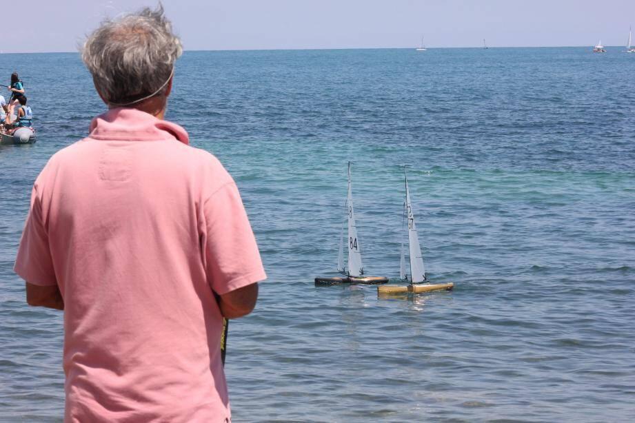 Les passionnés se défient depuis la plage, télécommandes en main pour guider leurs voiliers.