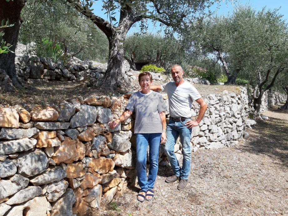 Gisèle Rochette et Éric Etrillard devant la restanque restaurée.