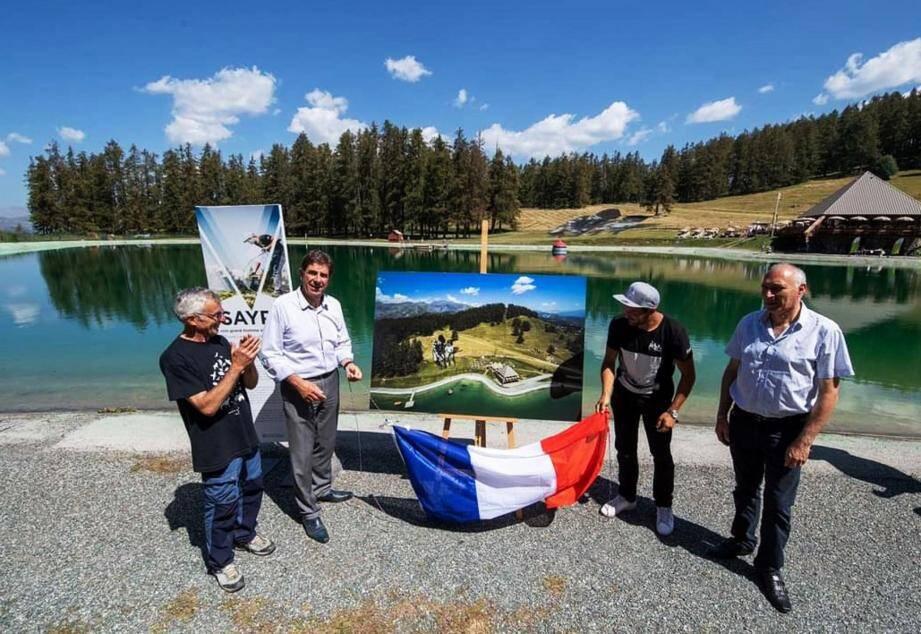 Charles-Ange Ginésy (à gauche) et Jean-Paul David (à droite) ont inauguré l'œuvre du Land Artiste Saype (au centre à droite) au lac du Sénateur au cours de la journée du développement durable.