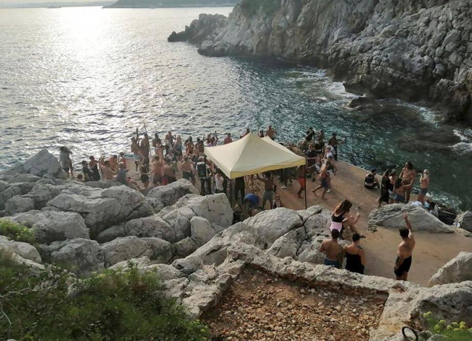 Le must de ces clubs éphémères, ce fut sans l'ombre d'un doute la « beach party » électro sauvage dans une crique de rêve de Saint-Jean-Cap-Ferrat.
