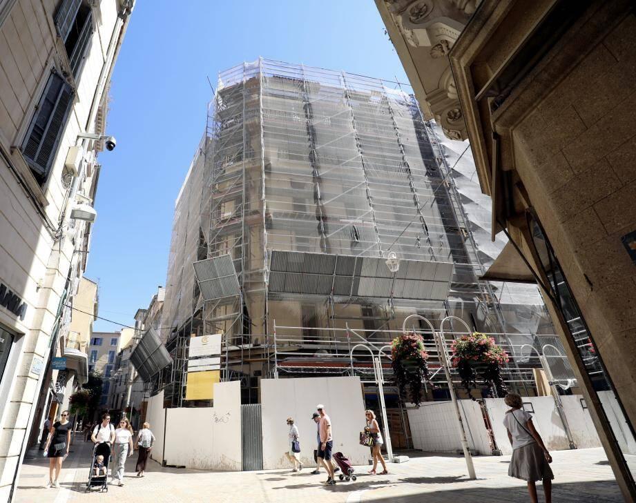 Les oriels et des éléments de façade en aluminium actuels vont être enlevés.