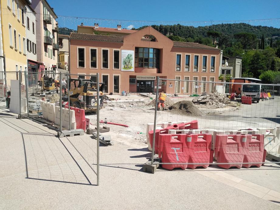 La place Allardi nouvelle est presque bouclée. Manquent les aménagements en bord de médiathèque et la future Maison de la santé, en face.
