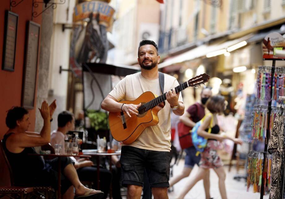 Paco de Plata, petit-fils de Manitas de Plata, a promené, hier, son style gipsy latino dans les rues du Vieux Nice avant le tournage d'un clip aujourd'hui pour l'Amérique Latine.