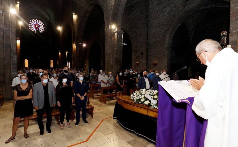 Lors de la cérémonie religieuse qui s'est déroulée hier en l'église Saint-Louis, la famille de Magalie Fillol, ses proches, des Hyérois ont rendu hommage à la merveilleuse conteuse.