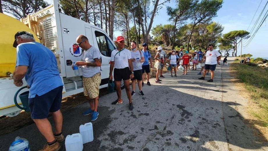 Une centaine de bénévoles, Mandréens, élus et vacanciers, bouteilles d'eau en mains, ont participé à l'arrosage de 1 800 plants dans la forêt.