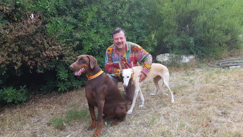 Henry-Jean Servat et deux de ses cinq chiens, Luis Mariano, le doberman adopté dans un refuge, et Romina, la galga, apportée par l'association Lévriers sans frontières.