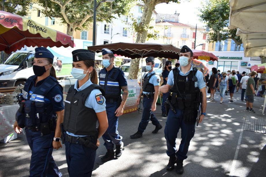 Une brigade mixte, de policiers municipaux et gendarmes, a fait respecter le port du masque obligatoire sur les marchés, hier matin à Vence.