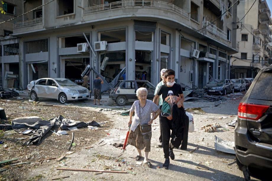 Une femme évacuée du quartier de Mar Mikhaël à Beyrouth, dévasté par les explosions au port, le 5 août 2020