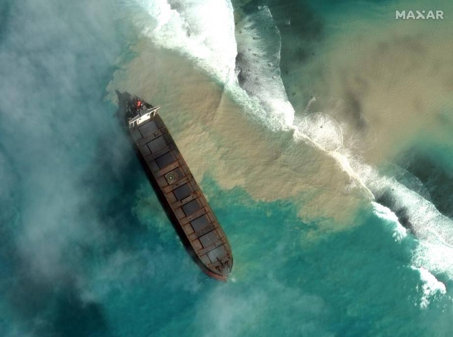 Photo satellite datée du 1er août 2020 du Wakashio, échoué au sud-est de l'Ile Maurice