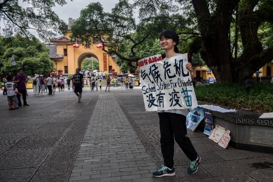 La militante environnementale Howey Ou manifeste dans les rues de Guilin (Chine), le 7 août 2020