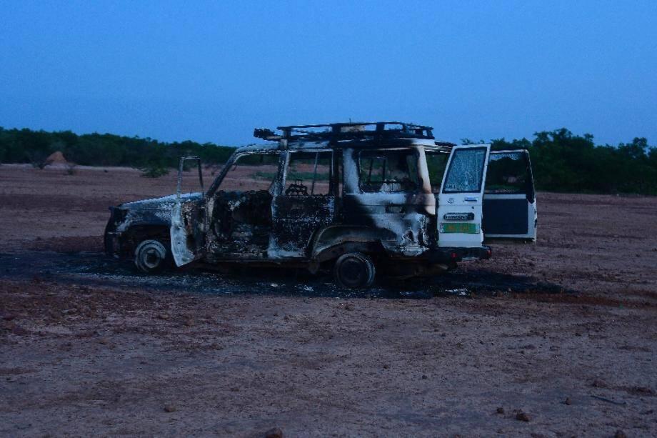 L'épave calcinée du véhicule pris pour cible par des assaillants en moto qui ont tué ses huit passagers, 6 Français et deux Nigériens, le 9 aôut 2020 dans la région de Kouré, au Niger