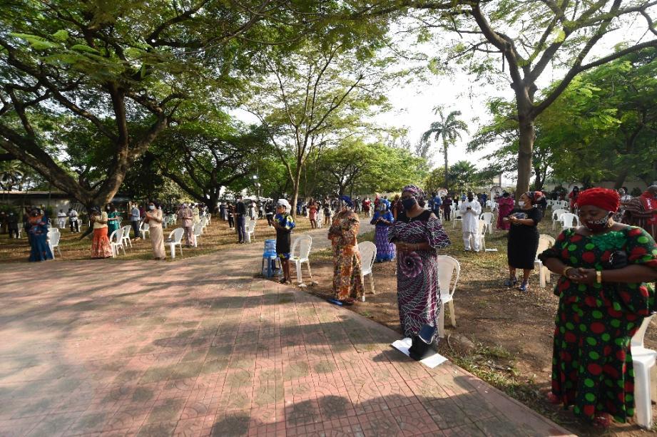 Des fidèles portant des masques assistent à une messe devant une église catholique de Lagos le 9 août 2020 après la levée par le gouvernement de l'interdiction des cérémonies religieuses