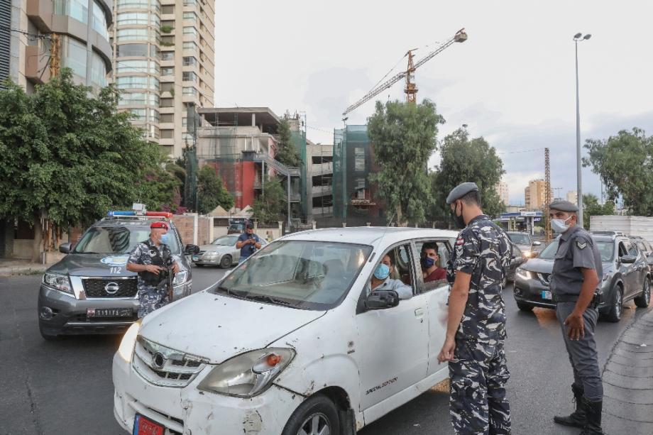 Des membres des forces de sécurité libanaises contrôlent les automobilistes au premier jour du reconfinement pour lutter contre la pandémie de coronavirus, le 21 août 2020 à Beyrouth