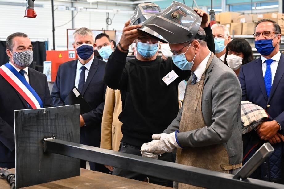 Le ministre de l'Education nationale, Jean-Michel Blanquer, visite un atelier de soudure du lycée professionnel Pierre et Marie Curie de Château-Gontier (Mayenne) le 31 août 2020