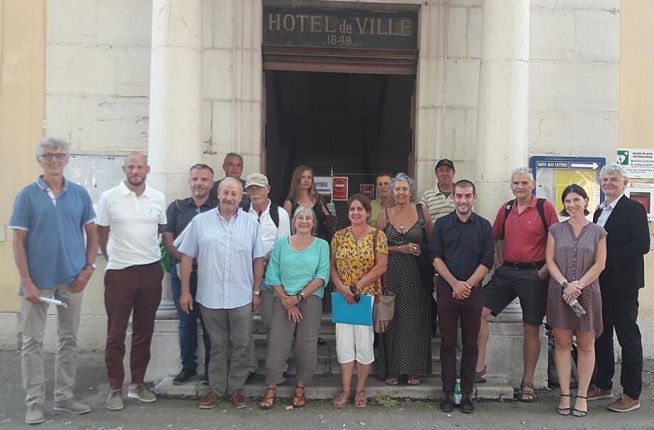 Le comité de pilotage réuni autour du maire d'Aups, Antoine Faure (à gauche).