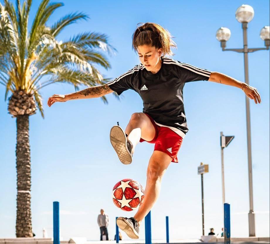Pour Alice Fougeray, tous les lieux sont utilisés pour le football freestyle, ici en bord de mer.