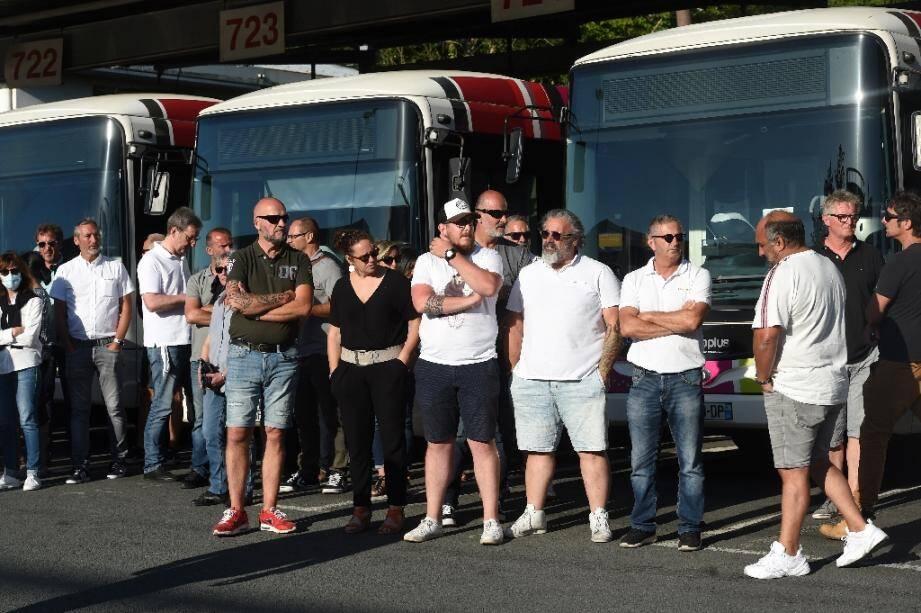 Des chauffeurs de bus attendent à Bayonne le secrétaire d'Etat aux Transports, Jean-Baptiste Djebbari, le 7 juillet 2020, au lendemain de l'agression mortelle de l'un de leurs collègues
