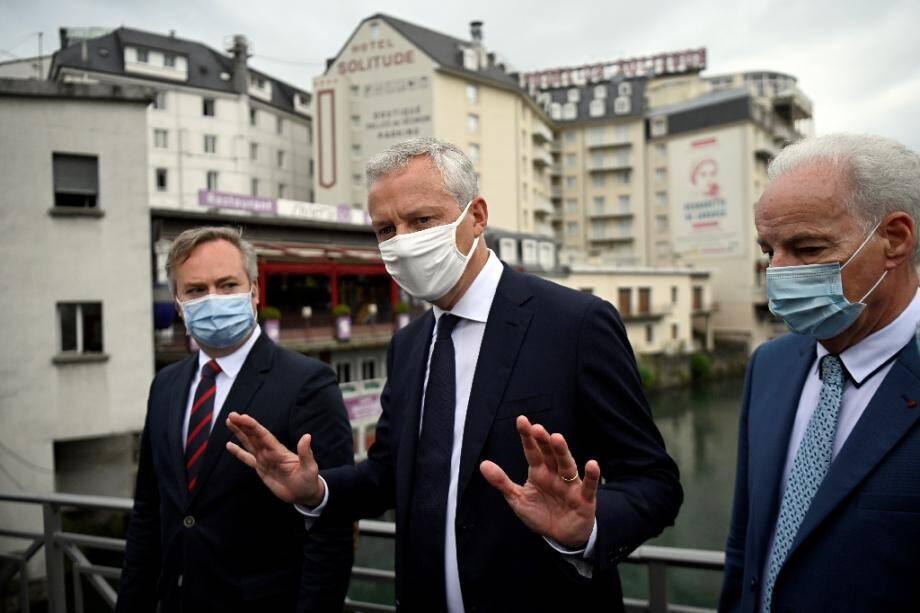 Le ministre de l'Economie Bruno Le Maire (c), le ministre délégué aux PME Alain Griset (d) et le secrétaire d'Etat en charge du Tourisme Jean-Baptiste Lemoyne (g), lors d'un déplacement à Lourdes, le 10 août 2020